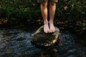 picioare de copil in apa