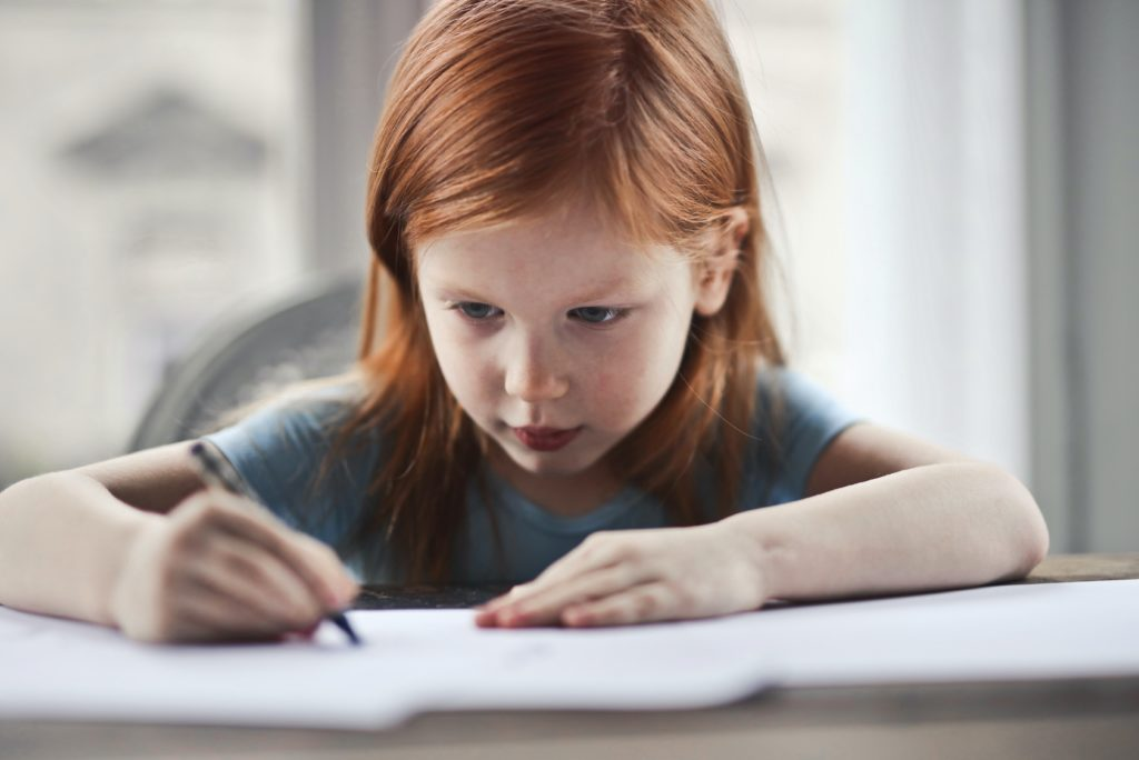 fetita care scrie